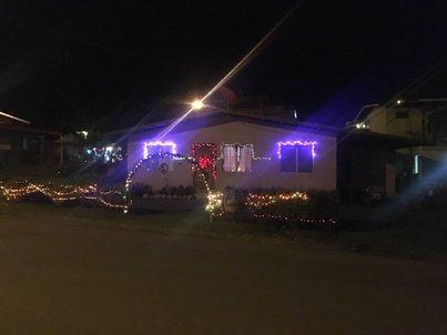Ярко светеща коледна украса на нечий дом