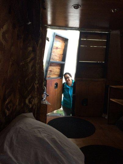 Йо отваря врата на каравана, снимана от вътре