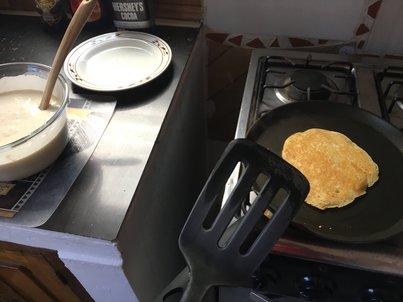 Тиган на печка с палачинка на фона на пелменинатор