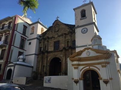 Църква заобиколена от модерни сгради