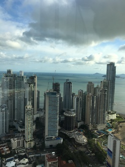 Небостъргачи на фона на океана